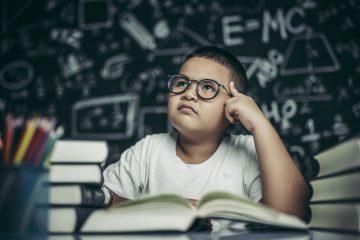 Decoratief - jongen denkt na - schrijven voor kinderen
